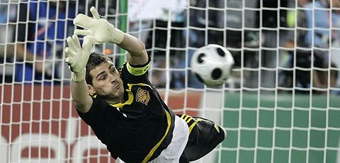 20080626230250-iker-parando-penalti-a-ital.jpg